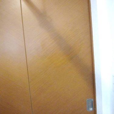 扉の穴の補修と塗装。扉交換よりもお値打ちに!